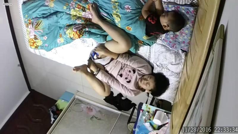 超级骚女在熟睡的孩子旁边播放视频聊天